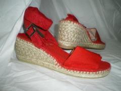 Sandalia roja con hebilla