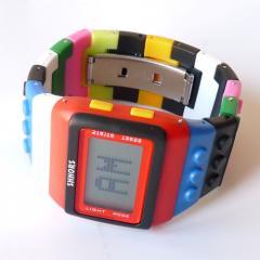 Reloj estilo lego multicolor