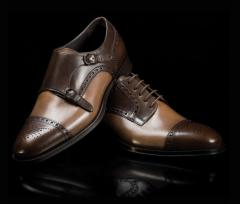 Zapatos de última moda de hombres