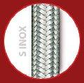 Tubo de silicona con dos trenzados: Una trenza textil de alta tenacidad y un trenzado de acero inoxidable.