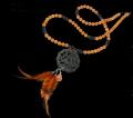Collar de la Colección Emperador de Jade diseñado y fabricado de forma artesanal por María Collado. Está realizado en aventurina facetada y lisa, cristal, jade tallado y plumas naturales.