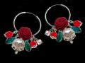 Pendientes de plata con piezas de cristal, perlas cultivadas y flores de seda. Son pieza única. Diseñados y fabricados por María Collado en exclusiva para Avenio.